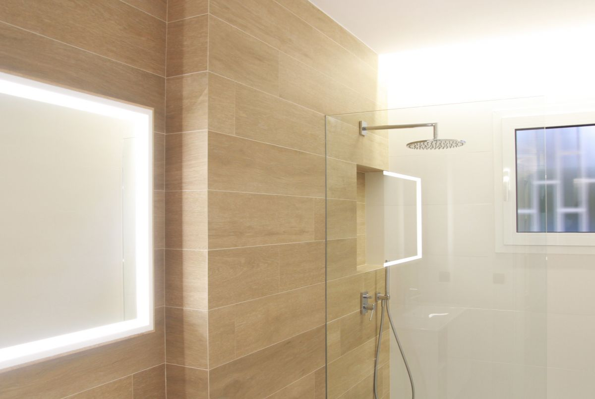 interiorisme, disseny d'interiors, bany, baño, luz, espejo, mampara