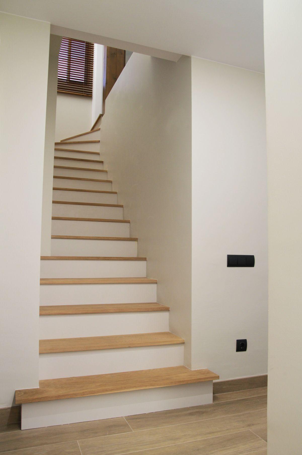 interiorisme, disseny d'interiors, escalera de madera, roure, robles,